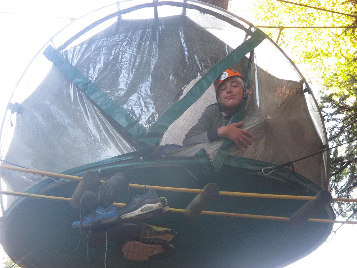 Tenda sospesa a 6 metri da terra